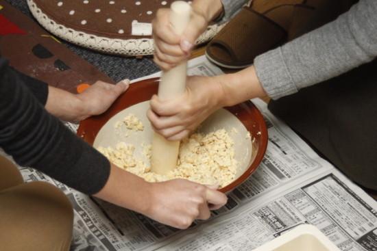 茹であがった大豆を根気強く潰します