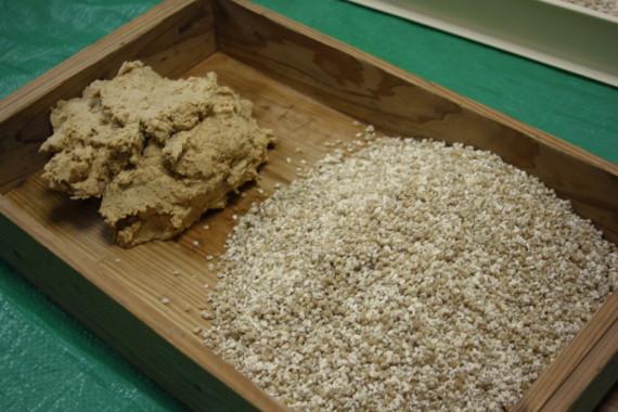 すりつぶした大豆と糀を混ぜるだけ