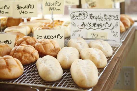 赤しそジュースと米粉パンのパン