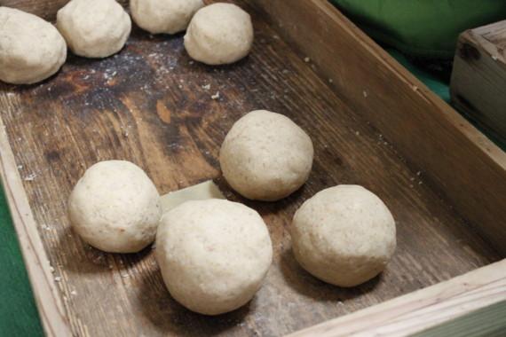 新大豆は柔かくってキレイな味噌玉ができました