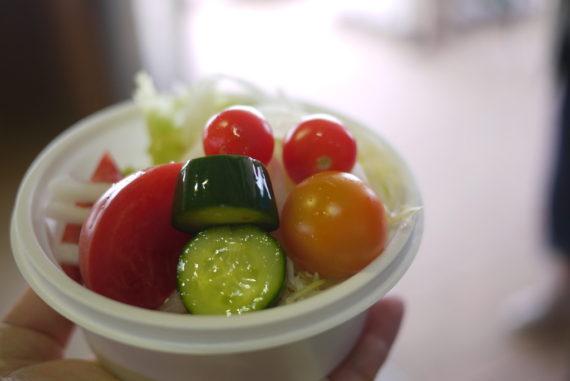 サラダの試食